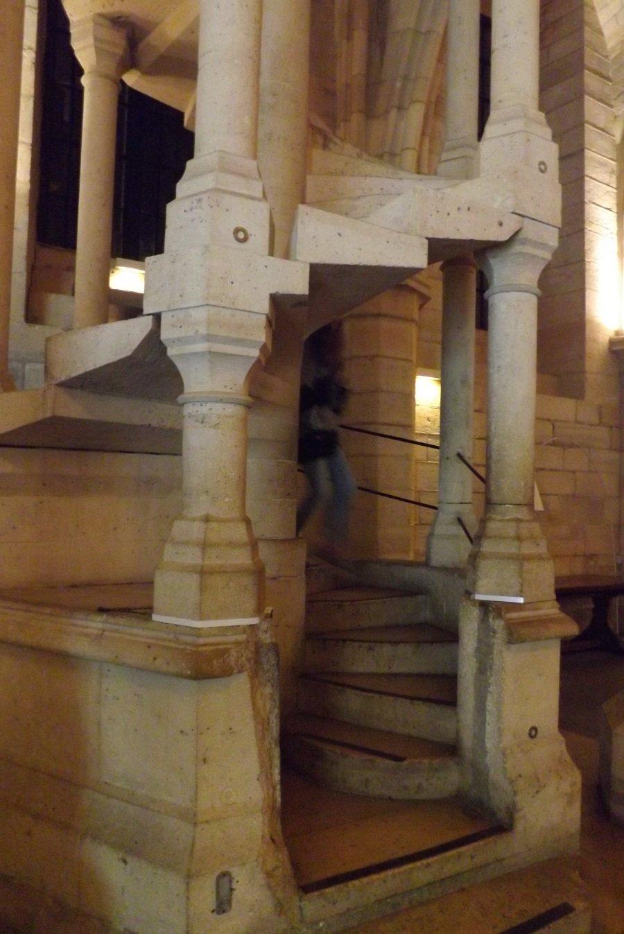 conciergerie escalier vers cuisine